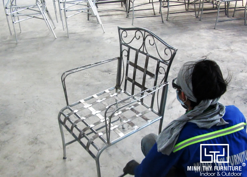 Ra mẫu bàn ghế sắt mỹ nghệ sơn tĩnh điện tại xưởng cơ khí Minh Thy Furniture