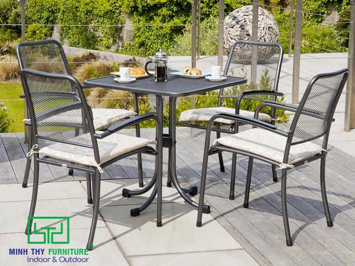 Trang trí sân vườn với bàn ghế sắt nghệ thuật sơn tĩnh điện